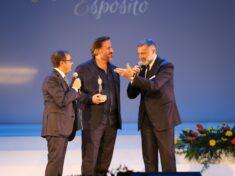 Il Presidente di Giuria, Luca Barbareschi, insieme al Patron Mario Esposito, premia il grande Christian De Sica